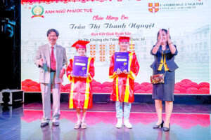 The Chairman of the Board of Directors and the Vice Chairman awarded the students who passed the International English Certificate with absolute scores